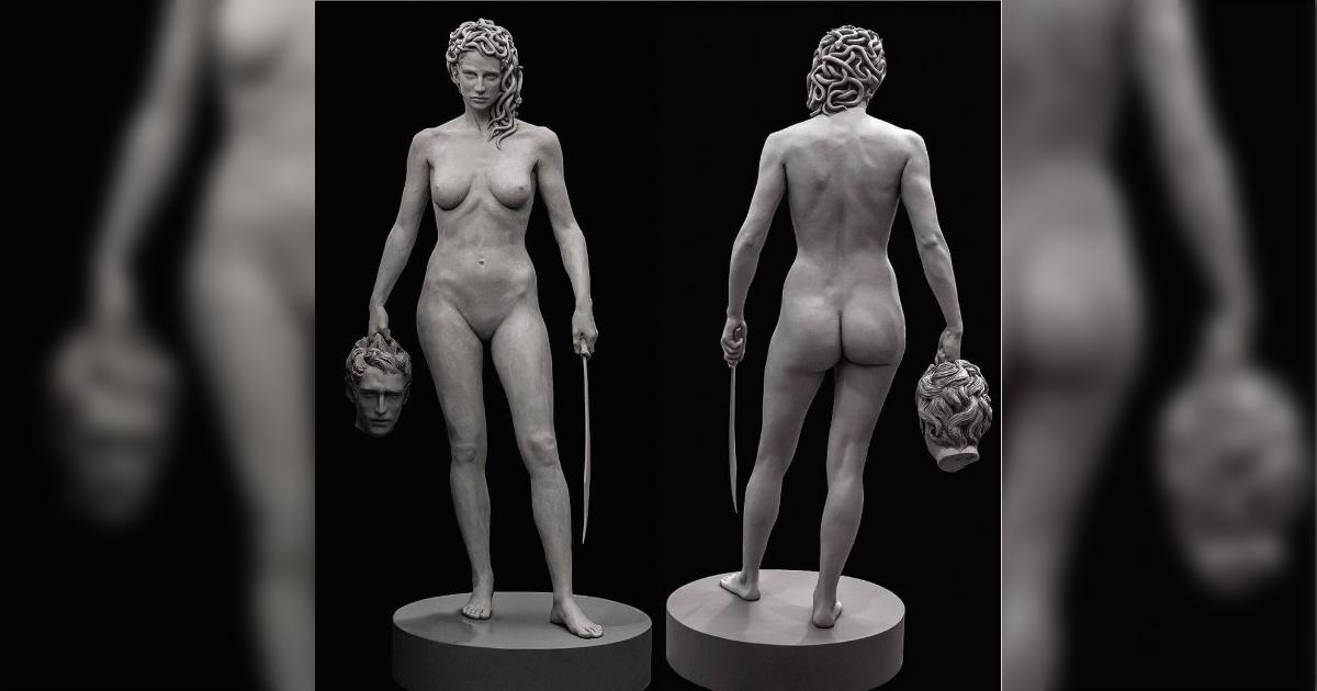 その像で何をアピール?『MeToo運動の一環で、ニューヨークの刑事裁判所前の公園に、期間限定で「ペルセウスの首を持つメデューサ」像が設置』/一方ベルリンの慰安婦像には撤去命令